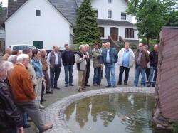 Über 30 Mitglieder des Heimatvereins nahmen die Gelegenheit wahr, um sich über das alte Dorf Dünschede zu informieren. Foto: Ernst